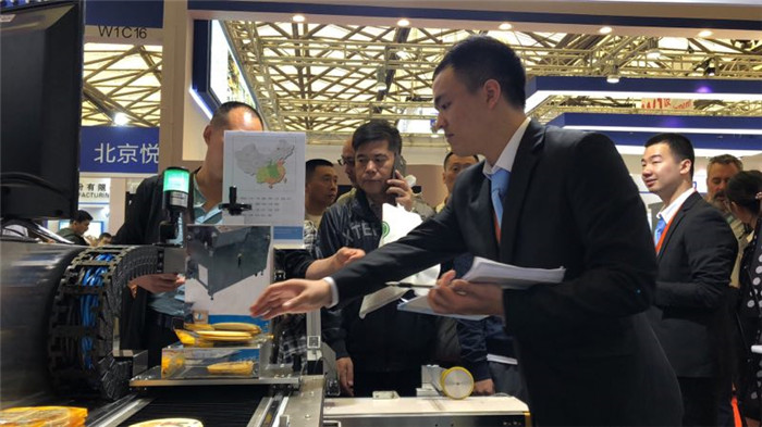 sinojoinsun team to demo the operation of Online Food Inkjet Printer